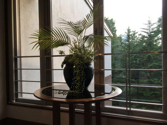 東急ハーベスト旧軽井沢から客室へ向かう通路の花