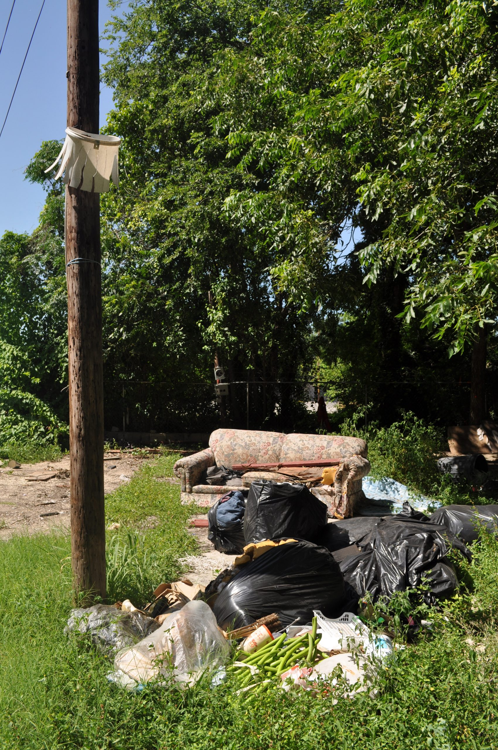 A homemade basketball hoop at the future Roosevelt Avenue development site. Photo by Iris Dimmick.