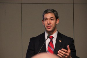 District 8 Councilman Ron Nirenberg address the audience gathered at the Constitution Day commemoration dinner. Photo by Sarah Hedrick.