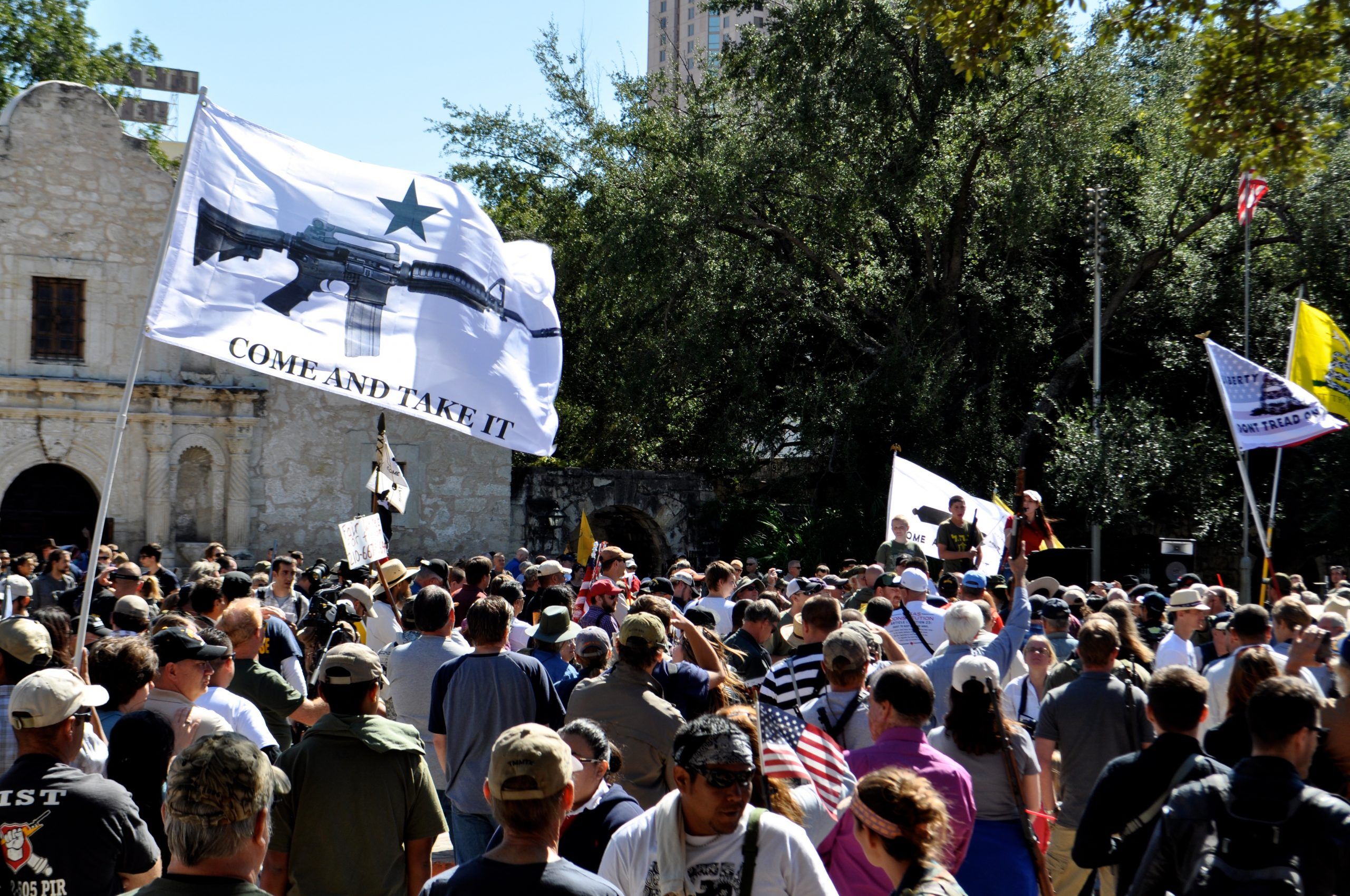 Alamo Plaza packed with people, guns, flags and slogans. Photo by Iris Dimmick.