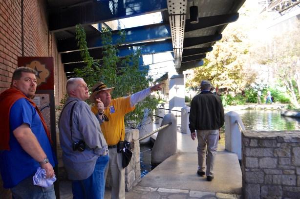 Centro San Antonio Ambassador Amigo (PSR) Neil Tait shows visitors from Denmark how to find the Alamo. Photo by Iris Dimmick.