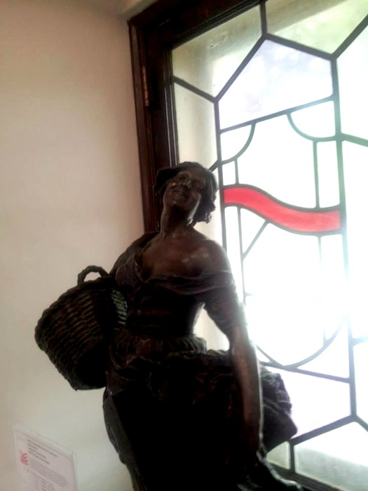 Statue of a gleaner in the Landa Library. Photo by Peter Holland.
