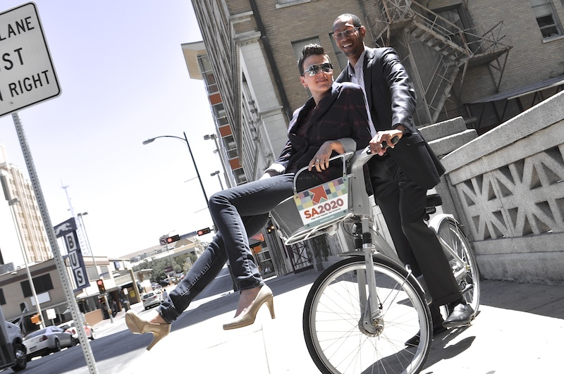 SA2020 Chief of Engagement Molly Cox and SA2020 CEO Darryl Byrd pose for a photo with a B-cycle in downtown San Antonio. Photo by Iris Dimmick.