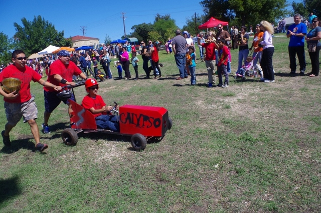 The 2013 Dignowity Hill Pushcart Derby. Photo by Juan Garcia.