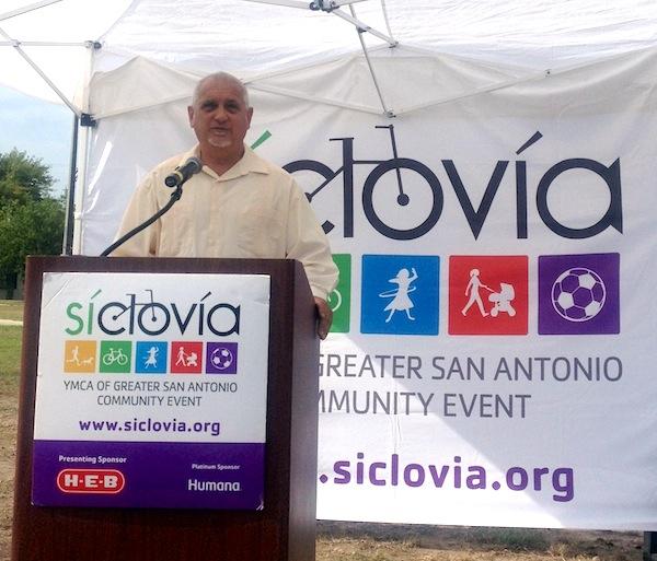 Metropolitan Health District Director Dr. Thomas Schlenker, speaks at Síclovía event. Photo by Lily Casura.