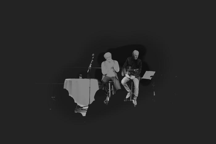 Art Garfunkel on stage with Tab Laven. Photo by Alan Weinkrantz.