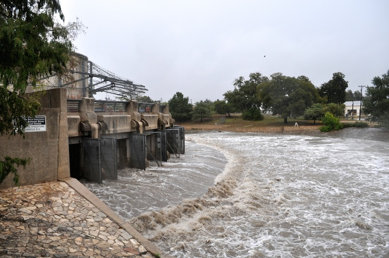Floodwaters pour from the outlet of the San Antonio River Tunnel near Roosevelt Park. Photo by Iris Dimmick.