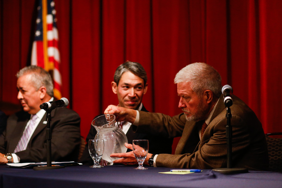 Andrew Sansom pours a glass of water for Ron Nirenberg at the San Antonio Water Forum. Photo by Scott Ball.