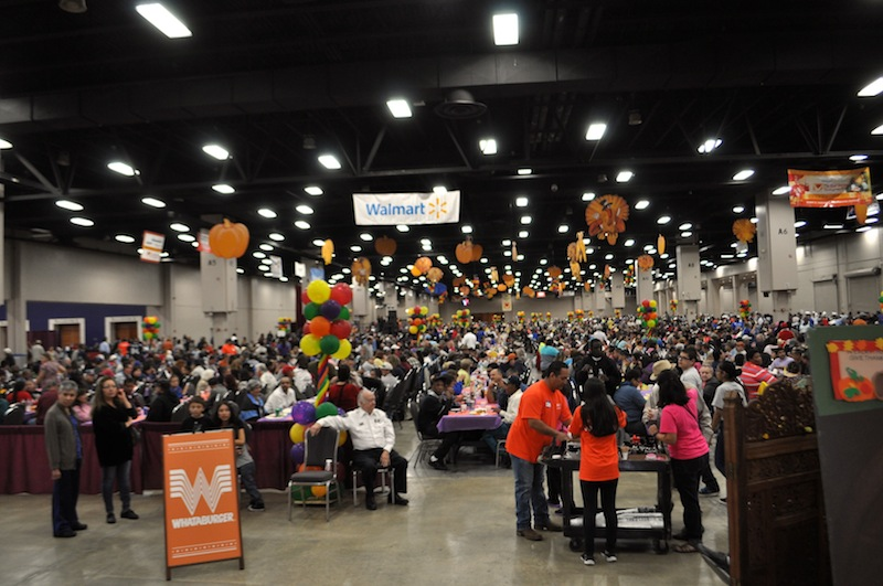 The Henry B. Gonzalez Convention Center exhibition hall is packed with dinner guests. Photo by Iris Dimmick.