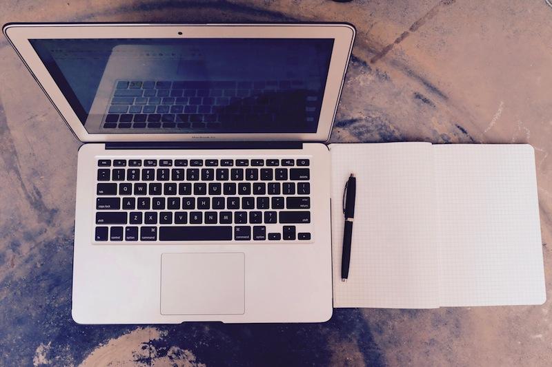 Essential tools of the trade. Not pictured: cell phone and AP Stylebook. Photo by Flickr user Pixelmattic WordPress Agency https://www.flickr.com/photos/pixelmattic/22567986315/in/photolist-AofQ5k-edmPte-7J2MpV-7J2LdZ-7HYWA2-7J2Mja-7J3XWQ-7J6Hcq-7J2LBx-qVVFzz-v54tTh-vJsUJ9-edmRsa-edsv57-edmRhn-edstYS-edmMAV-edsoJ3-edmMTP-edmFwe-edmHqi-edsmiS-edsrJ1-edmMi2-edmHA2-edstQ5-edspSb-edsrby-edmM9k-edskF5-edsnEQ-edmFH4-edsqmo-edsnnE-edsn79-edmL7F-edmPjv-edsoSq-edsrTj-edmHf2-edsqbU-edsot9-edskwd-edsm1o-edmLET-edmPbK-edst75-edmQYZ-edsp1J-edmLgi