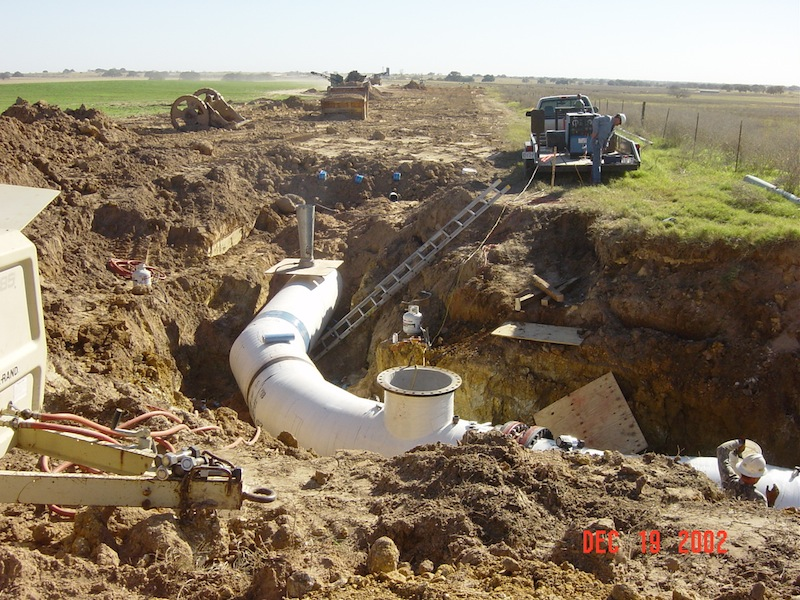 Garney Construction workers set pipes in place for SAWS' Carrizo Aquifer Storage and Recovery (ASR) project in 2002. Photo courtesy of Garney Construction