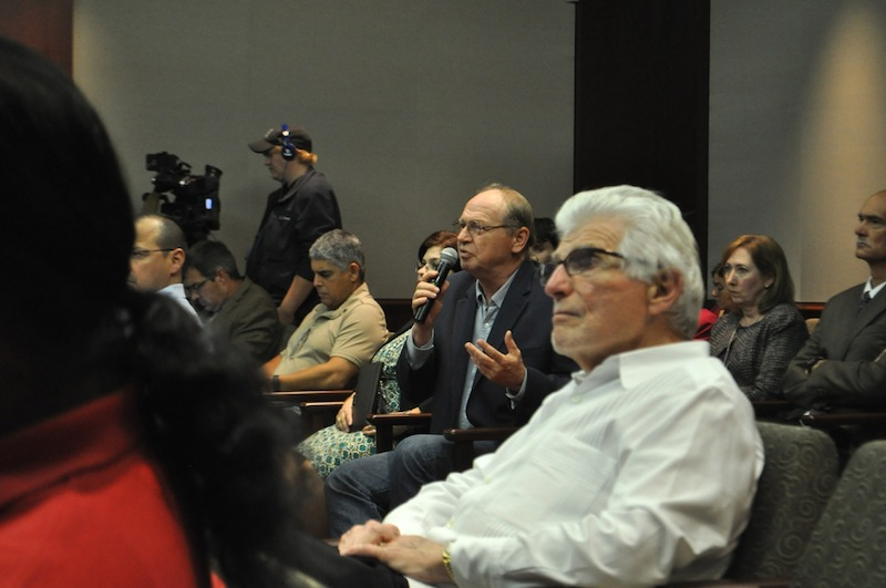 Concerned community members ask SAWS staff questions about the Vista Ridge water pipeline project at SAWS headquarters. Photo by Iris Dimmick.a