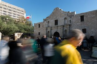 Tourists crowd the entrance of the Alamo in San Antonio on Dec. 3, 2015. Photo by Shelby Knowles.