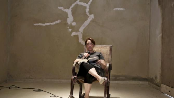 Tania Bruguera lee públicamente durante la Bienal de La Habana. Foto cortesía de Tania Bruguera.