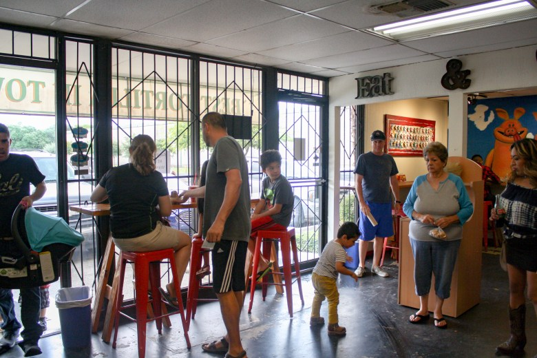 Clientes adentro de RO-HO Pork & Bread durante una tarde dominguera. Foto por Rocío Guenther.