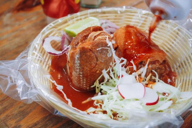 La torta ahogada es un platillo típico de Guadalajara, México. Foto por Anh-Viet Dinh.