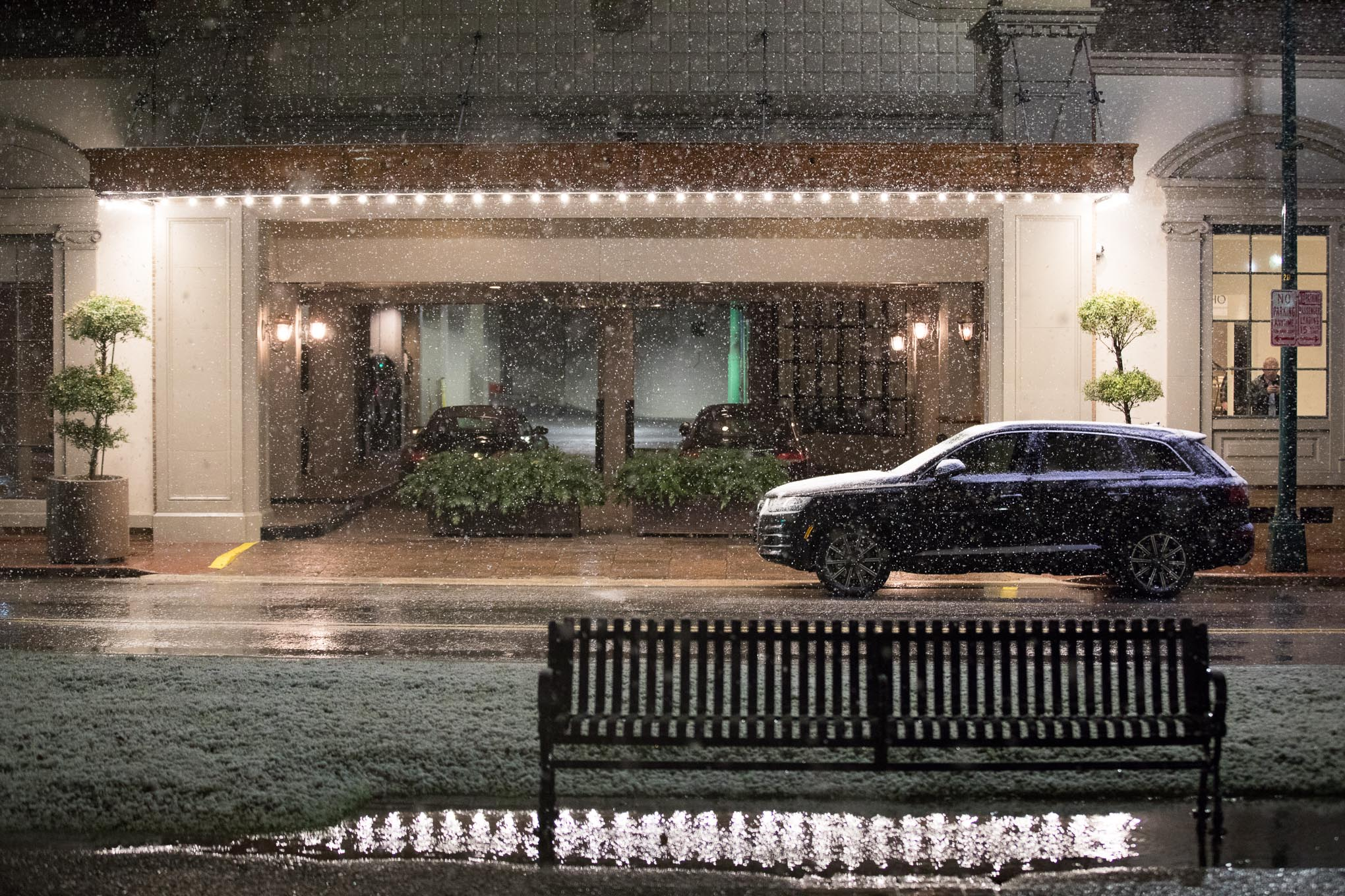 Heavy snow falls in downtown San Antonio for the first time since 1985.