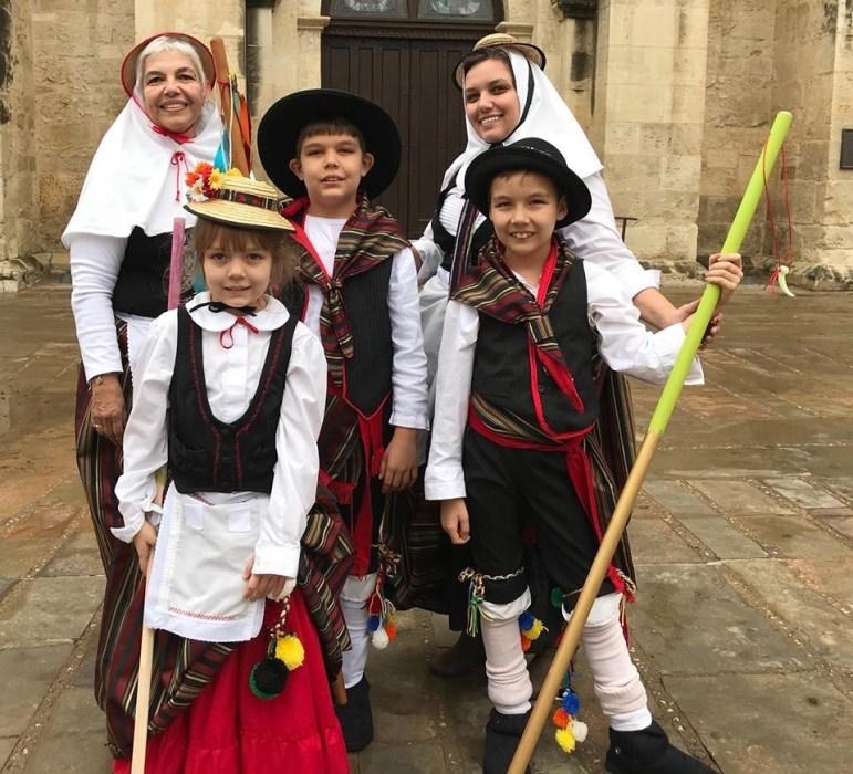 A Canarian family participates in the El Nacimiento rehearsal.