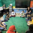 """Andrea Lucas, SAISD's Lamar Elementary School fourth grade teacher, works with her class during """"Tiger Time."""""""