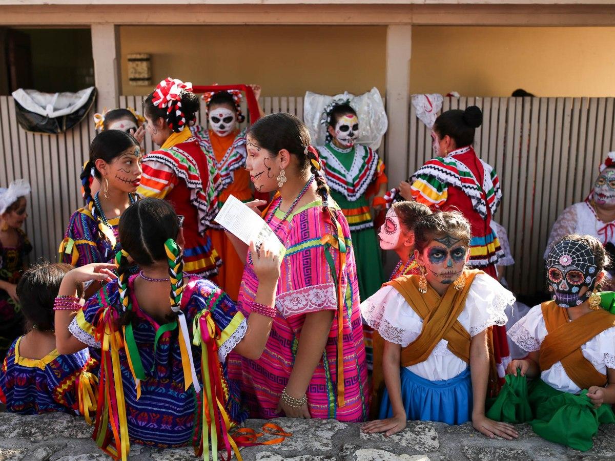 Los artistas del Día de los Muertos del Guadalupe Cultural Arts Center se preparan para subir al escenario durante el Día de los Muertos en 2016.