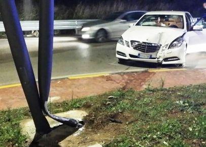 Auto contro un palo e parabrezza distrutto, in due finiscono all'ospedale