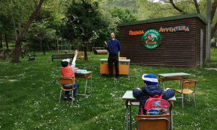 """Nel borgo senza Internet le lezioni riprendono nel bosco: """"Aule tra gli alberi per far tornare il sorriso ai bambini"""""""
