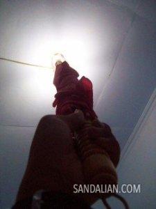 pasang lampu ke tempatnya