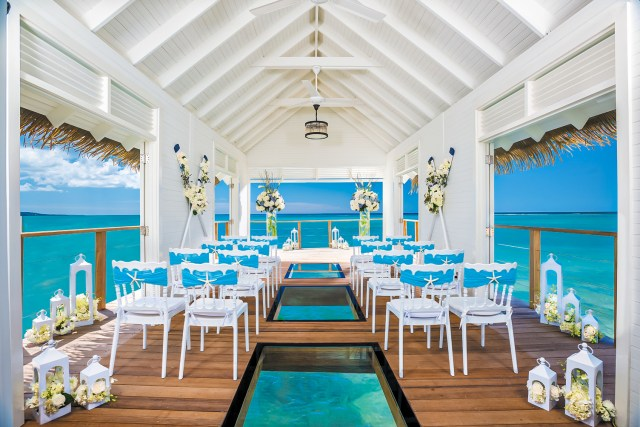 Vue panoramique à 360 degrés sur la mer depuis une chapelle de mariage sur l'eau