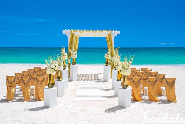 Cérémonie de mariage sur la plage avec des touches d'or