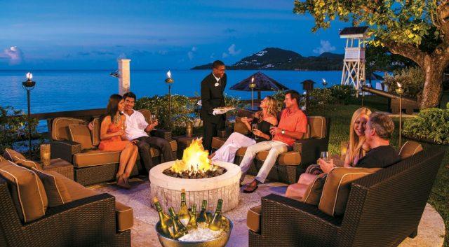 Les couples se rassemblent autour d'un foyer pour échanger des histoires romantiques autour de cocktails.