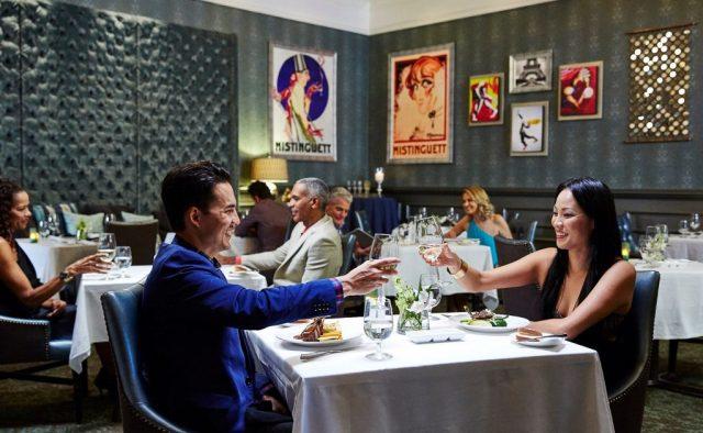 La planification d'un mariage soucieux de votre budget implique de dîner dans un restaurant tout compris Sandals.