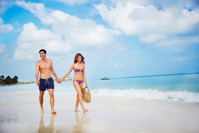 Couple se promenant le long de la plage à Antigua