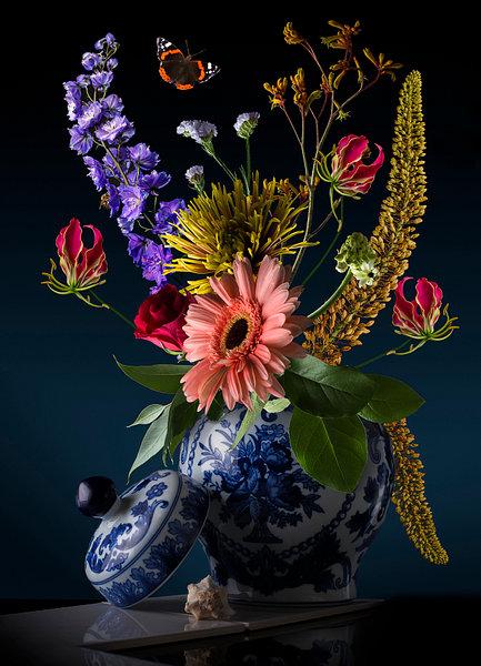 Royal Flora een prachtig bloemstilleven in een porseleinen (Delfst blauwe vaas) gefotografeerd. Een waar kunstwerk. Dit bloemstilleven kunt u kopen bij sandervanlaar.werkaandemuur.nl op elk formaat en materiaal wat u maar wilt hebben.