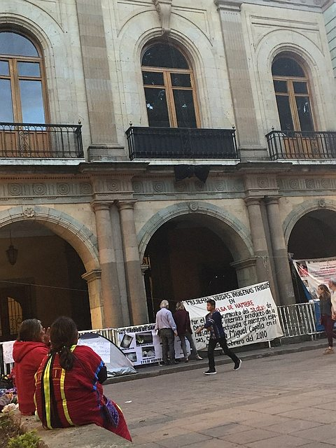 Banner in main plaza of Oaxaca City for hunger strike by indigenous Triqui women
