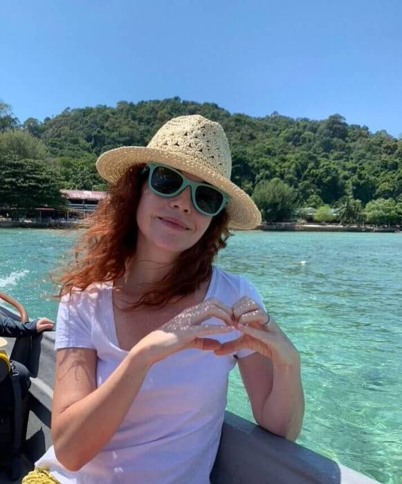 Girl in hat with turquoise water: how to get to Tioman island
