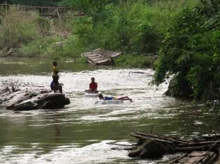 Des enfants qui jouent avec des flotteurs en polystyrène