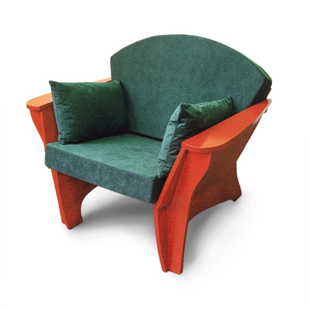 Rode fauteuil met groene kussens