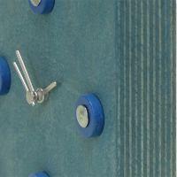 Blauwe klok met houten schijfjes