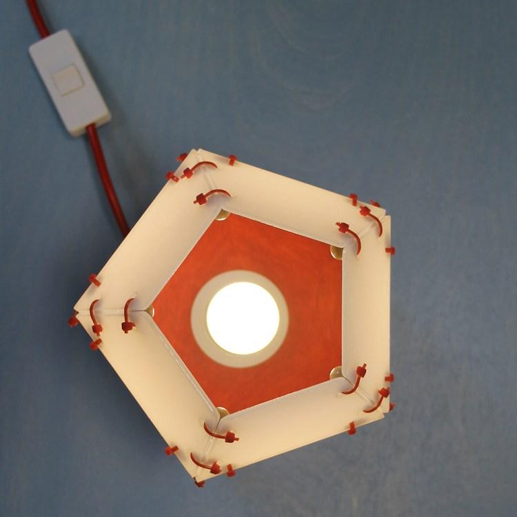 Schemerlamp van witte perspex met rode pootjes