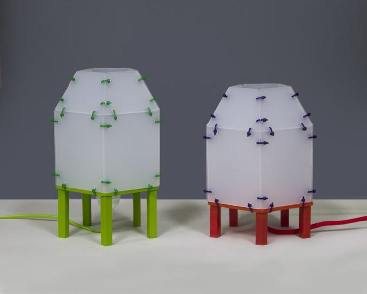 Lampjes van plexiglas met groene en rode pootjes