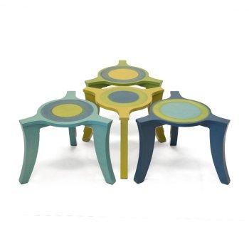 Stapelbare salontafeltjes met drie poten en cirkels op het tafelblad