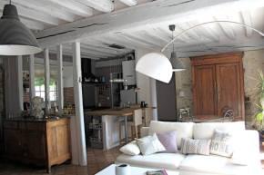 Poutres grises, mobilier ancien, canapé moderne