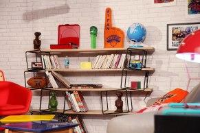 Etagère modulable quake Eno, objets vintages, figurines E.T, platine vinyl