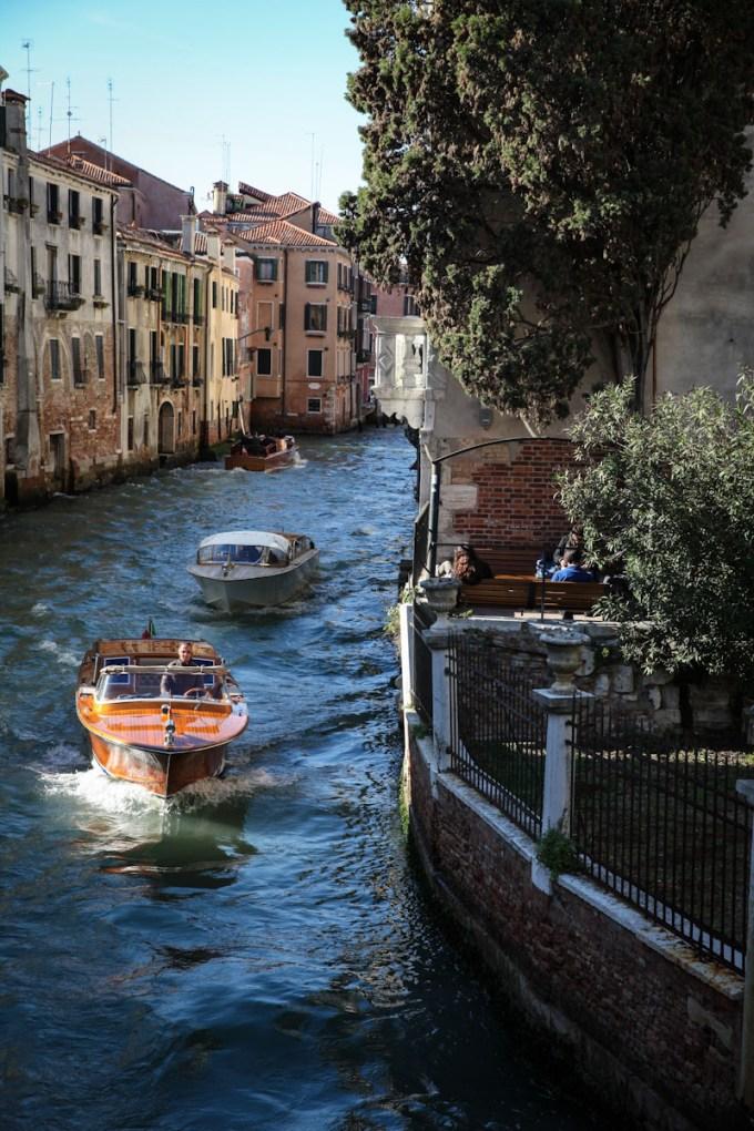 Photographie d'un canal à Venise avec ses mateaux