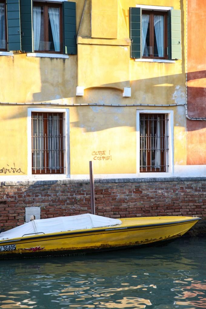 Bateau et mur jaune