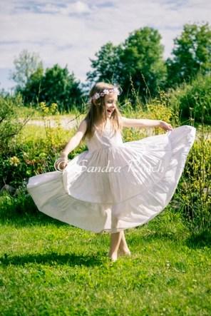 Mädchen im weißen Sommerkleid, im Garten, Landshut, Bayern, Deutschland
