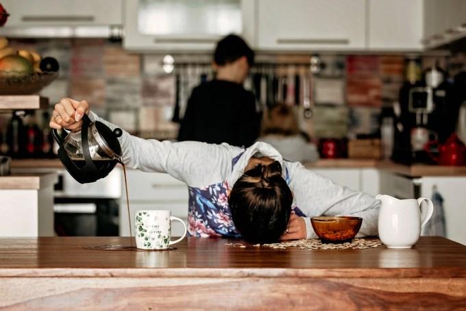 Mère fatiguée essayant de se servir du café