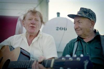 Harley et Doug, buvant et chantant après la récolte de pommes de terre.