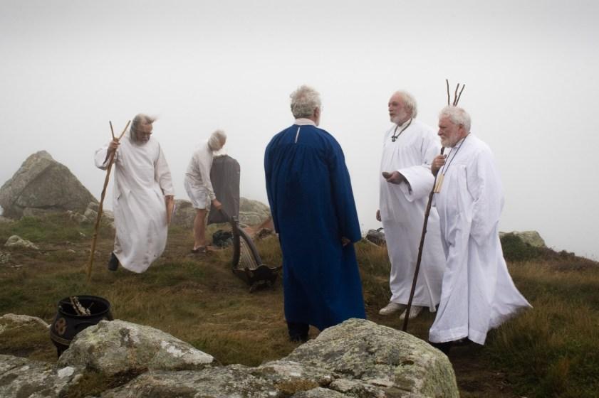 Quelques membres d'un ancien groupe de néo-druides bretons officiant vers Quimperlé.