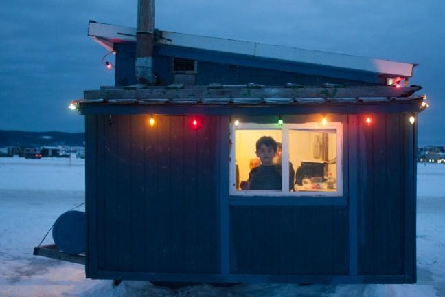 Plusieurs pêcheurs passent leurs vacances, de jour comme de nuit, dans leur cabane.